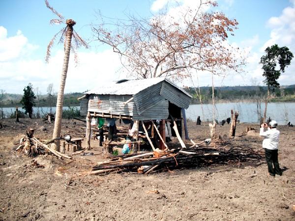 Nhiều người dân phải sinh hoạt tạm bợ sau khi mất đất cho thủy điện sông Ba Hạ. Ảnh: Văn Tài