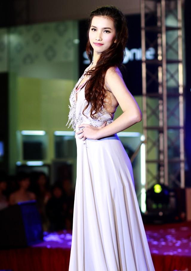 Ngắm dàn nữ sinh đẹp nhất Hà Nội diện váy xẻ tà gợi cảm ảnh 9