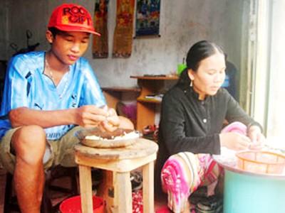 Hào Anh giúp mẹ lột tỏi thuê tại nhà riêng của mình ở phường 8, TP Cà Mau