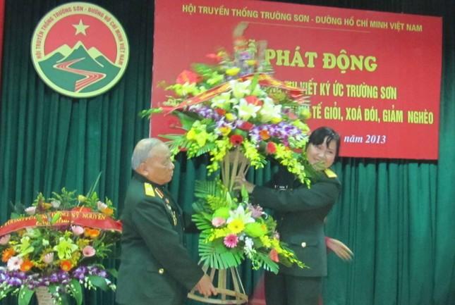 Thiếu tướng Võ Sở, Chủ tịch Hội đón nhận lẵng hoa tươi thắm của Tổng Công ty 36, Bộ Quốc phòng do đồng chí Thượng tá, Phó Chủ nhiệm Chính trị TCTy trao tặng