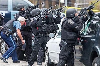 Đội SWAT vào vị trí sẵn sàng tại Watertown, lùng bắt nghi phạm 2