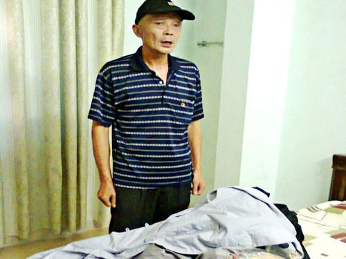 He Dechao chuẩn bị áo tràng đi xin tiền bị PA72 ngăn chặn tại khách sạn. Ảnh: PA72 cung cấp