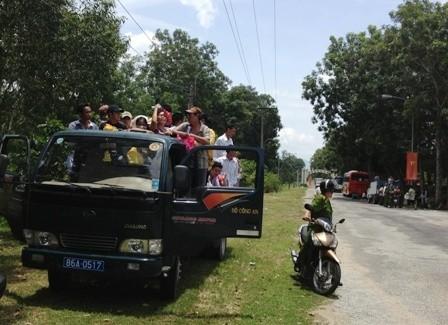 Những chuyến xe đưa các phạm nhân được đặc xá từ khu trung tâm ra cổng trại giam Thủ Đức cách nhau khoảng 5km để người nhà đến đón về.