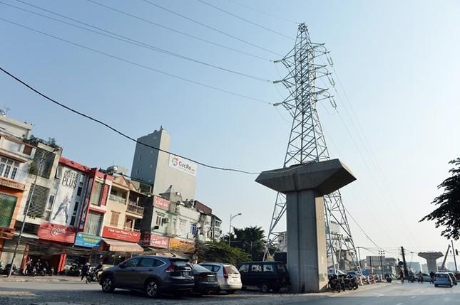 Bộ Giao thông Vận tải vừa đưa ra tiến độ chạy thử tàu điện Cát Linh - Hà Đông từ tháng 1/2015 và chính thức khai thác từ tháng 6/2015. Để đảm bảo tiến độ, các trụ cầu phải thi công xong vào tháng 6/2014 và lắp đặt xong ray vào tháng 9. Dự kiến các nhà ga phải hoàn thành vào cuối năm 2014. Tuy nhiên một hệ thống đường dây điện cao thế mới mọc lên cách đây vài tháng tại khu vực Hào Nam, gần ngã tư Đê La Thành khiến người dân không hiểu các nhà quy hoạch, quản lý đô thị đang gặp trục trặc gì mà bị chồng chéo trong xây dựng như vậy