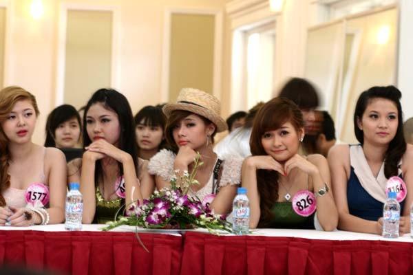 Các thí sinh rạng rỡ trong buổi họp báo