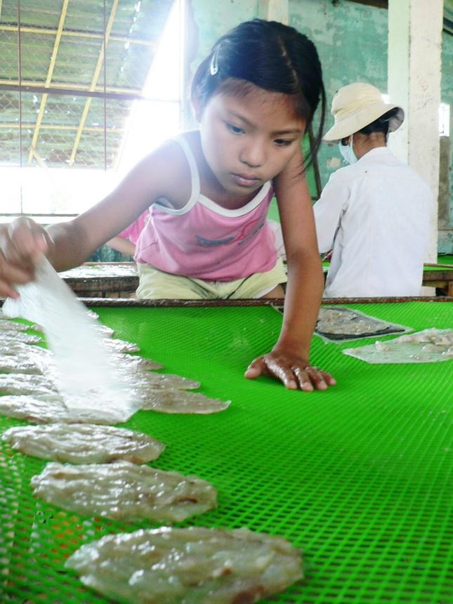 Em Trần Thị Kim Huệ miệt mài với công việc dán cá bò