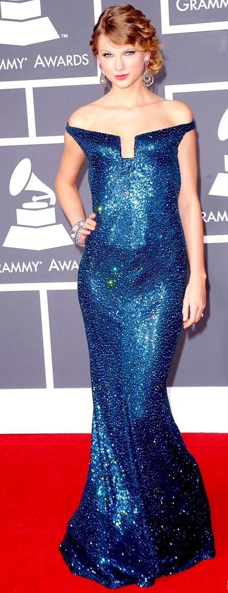 Với chiếc đầm xanh lấp lánh ôm sát, khoe đôi vai trần trắng mịn màng, Công chúa nhạc đồng quê Taylor Swift xinh đẹp như một nàng tiên cá. Cô mặc chiếc váy này tới dự Lễ trao giải Grammy 2010