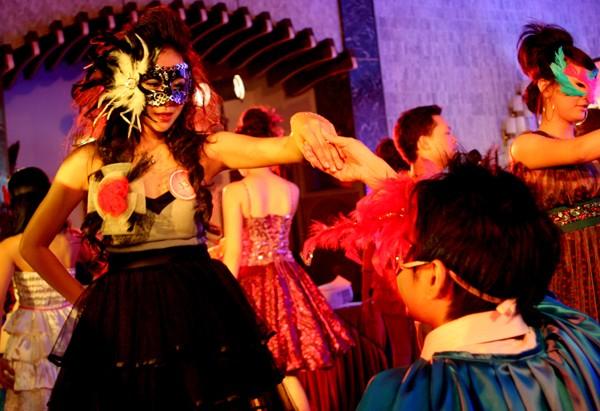 Hoàng tử lịch lãm mời công chúa khiêu vũ