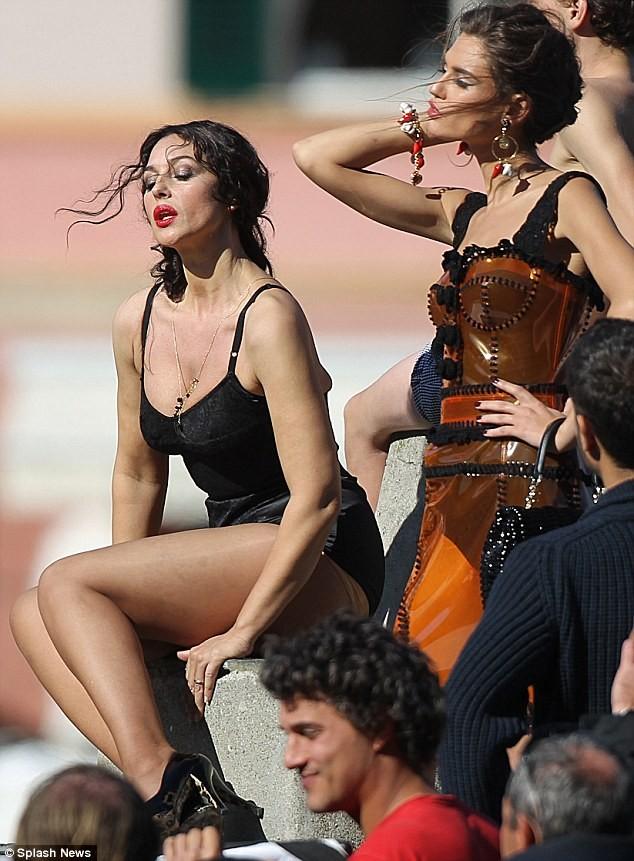 Monica Bellucci làm vơ-đét trong quảng cáo của D&G ảnh 2