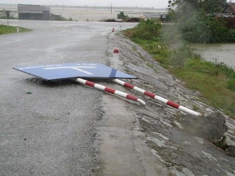 Biển hướng dẫn 2 giao thông bị bão quật ngã trên tuyến Quốc lộ 49.