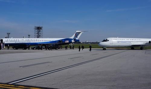 Chuyên cơ của Romney và Ryan nằm nối đuôi nhau trong sân bay khiến nhiều người bất ngờ. Ảnh: Trí Đường