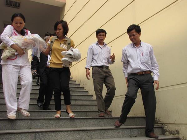 Cả nhà rời bệnh viện Phụ sản Trung ương lên đường về quê. Ảnh: Lãng Phong