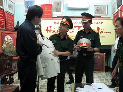 Đại tá Dương Quốc Trung, Tổng Giám đốc Công ty Cổ phần X.20 bàn giao bộ quân phục và các phụ kiện cho đại diện gia đình Đại tướng Võ Nguyên Giáp