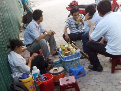 Quán trà của Nhung (trái) luôn đông khách