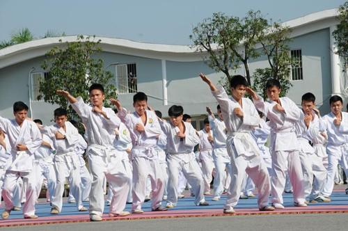 Các học viên trong Trung đoàn biểu diễn võ thuật