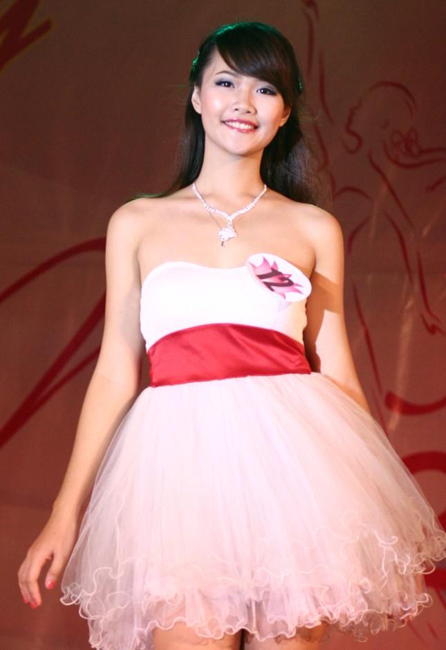 Trẻ trung trong chiếc váy ngắn ở phần thi trang phục dạ hội