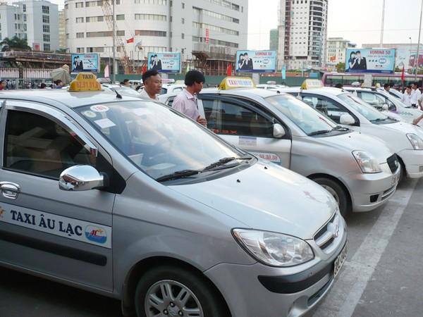 Taxi hoạt động từ đường vành đai 3 trở vào sẽ phải đóng phí. Ảnh: Trọng Đảng