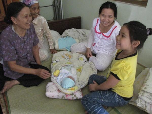 Niềm vui của gia đình khi chị Thơm cùng cháu Trường xuất viện về nhà. Ảnh: Lãng Phong