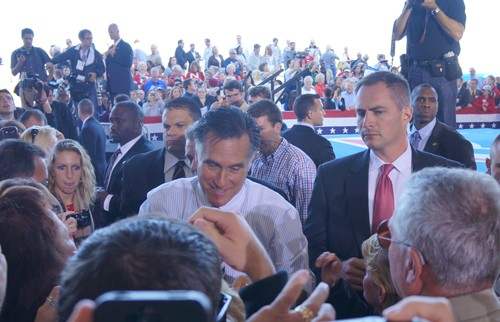 Ông Romney giữa vòng vây của cử tri đảng Cộng hòa tại Floria. Ảnh: Trí Đường