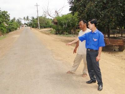 Nhờ Đoàn thanh niên, Nhà nước tiết kiệm được hàng trăm triệu đồng khi làm đường Ảnh: Y Khoa