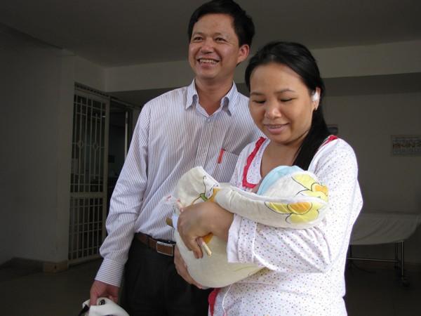 Sau những ngày sống trong lo lắng, sợ hãi, vợ chồng anh Chiều rạng ngời ngày trở về. Ảnh: Lãng Phong