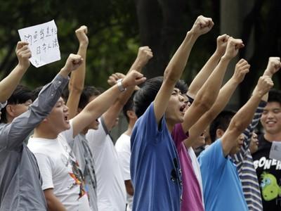 Người Trung Quốc phản đối Nhật Bản bên ngoài tòa Đại sứ quán Nhật Bản ở Bắc Kinh. Ảnh: AP