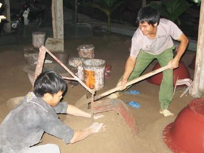 Vua chậu cảnh (phải) trực tiếp dạy nghề cho thợ mới