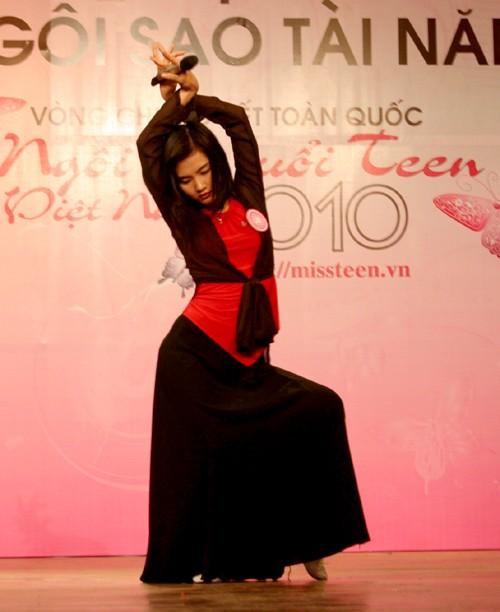 Bùi Trang Hồng Vân có màn vũ đạo khá ấn tượng khi thể hiện ca khúc