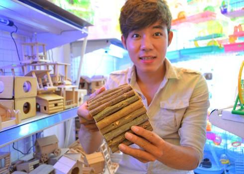 Trần Văn Thành 'khoe' chiếc cầu thang gỗ mà cậu phải ra tận Nha Trang để tìm mua vật liệu