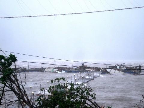 Hệ thống điện sinh hoạt tại Phú Lộc bị bão tàn phá.