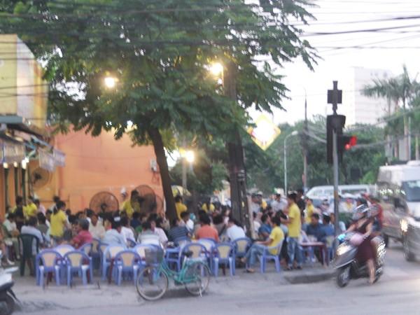 Một nhà hàng ở ngã tư Huỳnh Thúc Kháng - Nguyên Hồng thường xuyên lấn chiếm vỉa hè. Ảnh: Minh Tuấn
