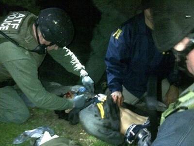 Cảnh sát khống chế Dzhokhar Tsarnaev sau khi dùng lựu đạn choáng và lựu đạn cay lùa nghi phạm khỏi một chiếc thuyền để sau nhà. Nguồn: AP
