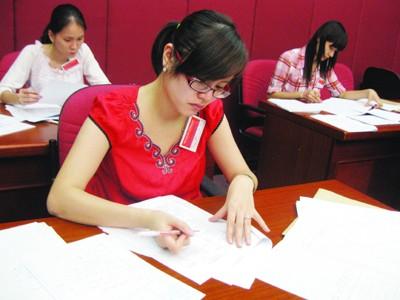 Dự báo điểm chuẩn đại học khối A năm nay cao hơn năm ngoái (trong ảnh: tại phòng chấm thi môn Toán). Ảnh: Hồ Thu