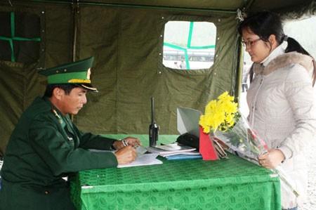 Chiến sỹ biên phòng túc trực ngày đêm tại lều tạm, hướng dẫn người dân đăng ký trước khi vào viếng mộ Đại tướng