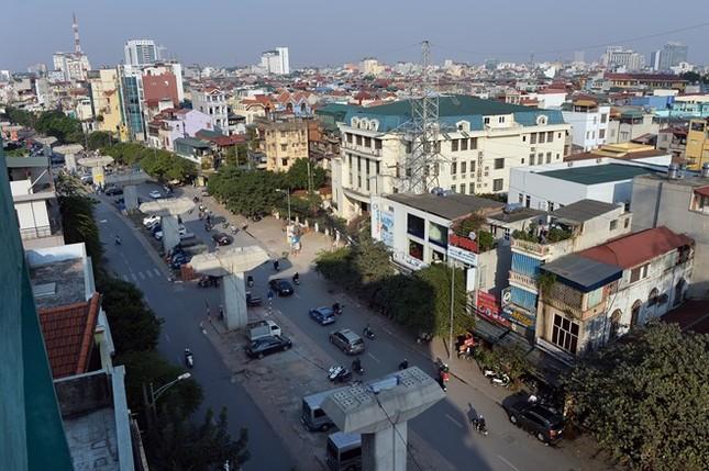 Các trụ đường tại tuyến phố Hào Nam đã hoàn thành nhưng chưa thể thi công các hạng mục tiếp theo. Theo thiết kế, tuyến đường sắt đô thị này sẽ có 12 nhà ga trên cao với 421 trụ