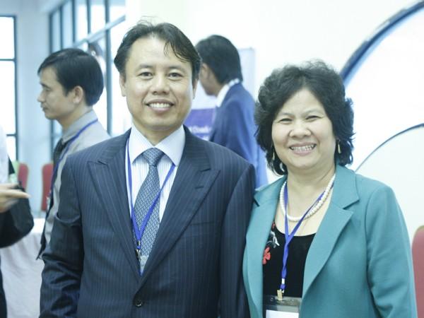 Doanh nhân Trần Đặng Chung, Việt kiều Nga chụp ảnh lưu niệm bên sảnh hội nghị