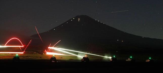 Các loại xe tăng bọc thép tập trận trong đêm