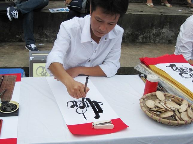 Là ngày hội sinh viên nên bạn sinh viên này còn viết thư pháp để bán