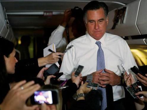 Ứng viên Mitt Romney trả lời phóng viên trên chuyến bay về Boston để chờ kết quả bầu cử - Ảnh: Reuters