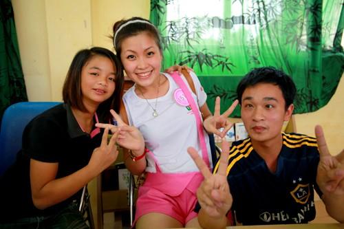 Các Miss Teen góp thêm sự rạng rỡ trong nụ cười của các em nhỏ