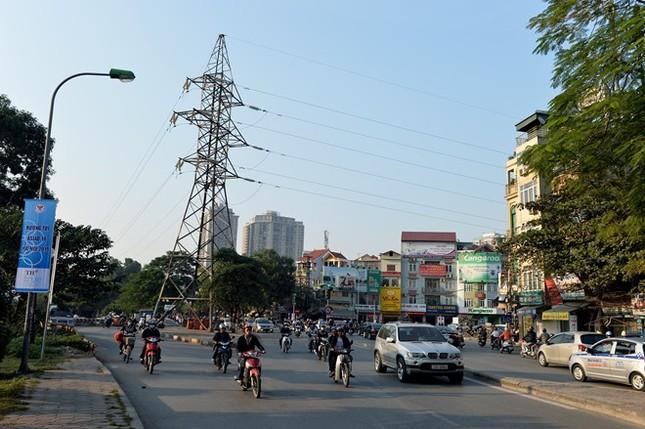 Tại ngã ba đường Láng giao với ngõ Thái Thịnh 1 vẫn chình ình cột và hệ thống điện cao thế. Đây là khu vực mà tuyến đường sắt trên cao sẽ đi qua cua trái men dọc theo sông Tô Lịch