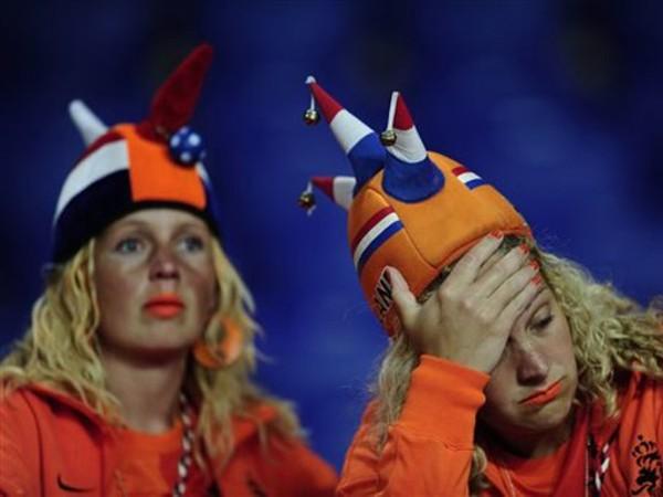 Nỗi buồn của các CĐV Hà Lan khi chứng kiến đội nhà thảm bại. Ảnh: Getty Images