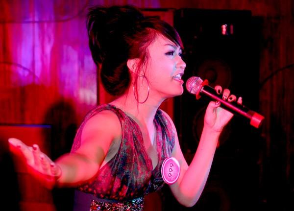 Nguyễn Thị Hồng Nhung mang đến tieegns hát bốc lửa cùng với điệu muấ Ấn Độ