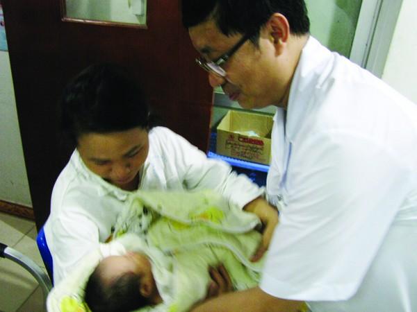 Sau 5 ngày sống trong lo lắng, chiều 8-11, chị Thơm đã được gặp con. Ảnh: Trường Phong