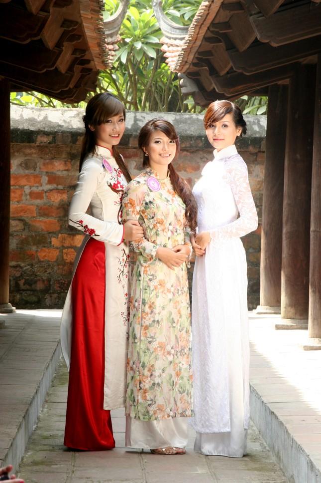 Cùng nhau thể hiện nét nữ tính với tà áo dài dân tộc