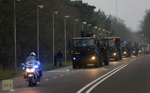 Hàng xe tải của binh lính Hà Lan chở các bộ phận tên lửa tại quận Vredepeel nước này