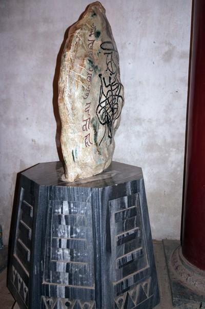 Cận cảnh hòn đá lạ tại đền Hùng ảnh 4