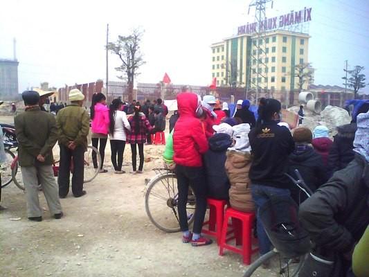 Hàng trăm người dân vây Nhà máy xi măng Xuân Thành tại Hà Nam