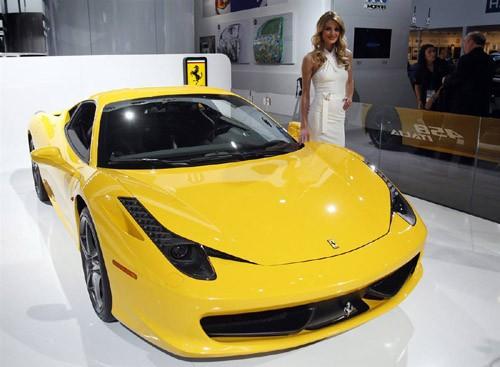 Một người mẫu đứng bên chiếc Ferrari 458 Italia
