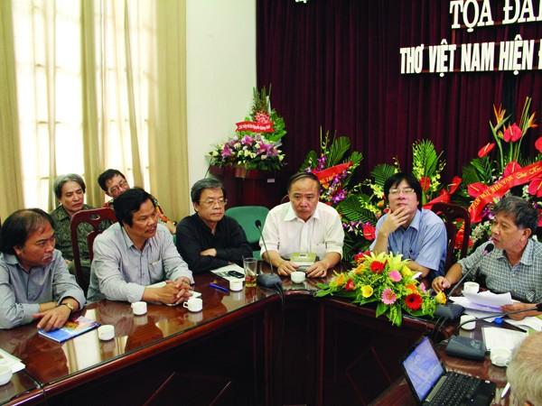 Nguyễn Huy Thiệp (ngoài cùng bên phải) phát biểu về thơ Nguyễn Quang Thiều (ngoài cùng bên trái) Ảnh: Nguyễn Đình Toán